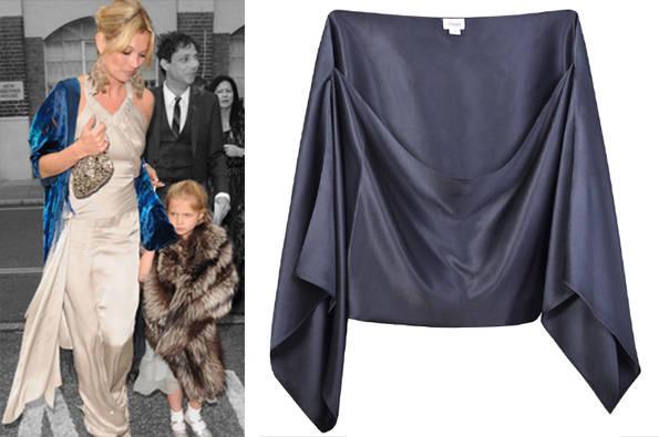 Kate Moss junto con chal tipo kimono azul de Temperley London + chal de boda
