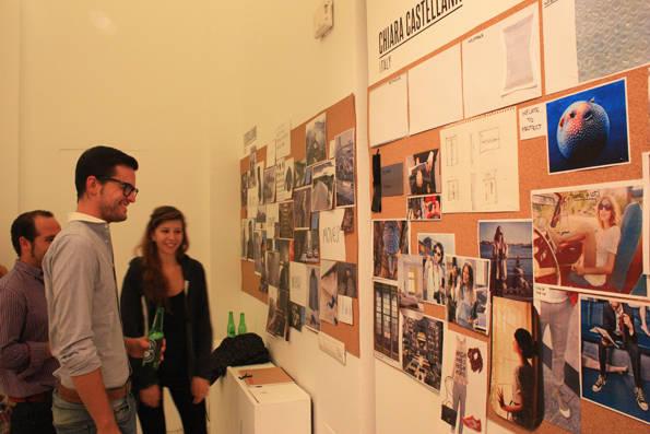 Asistentes observando los bocetos de una de las participantes