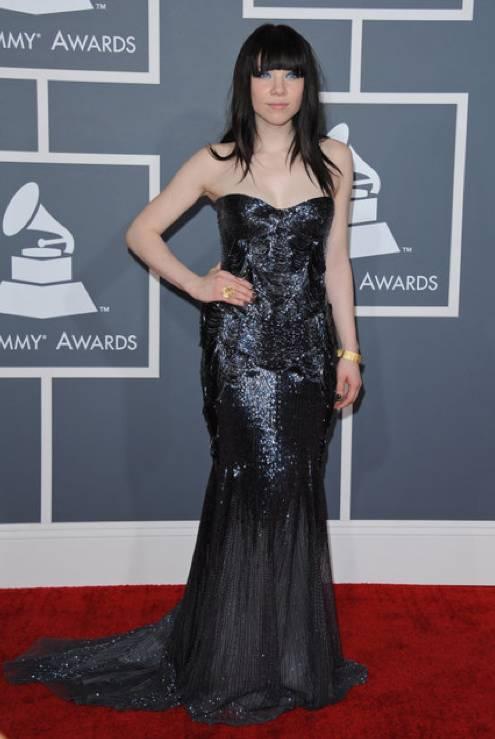 Carly Rae Jepsen en al alfombra roja de los Grammy 2013