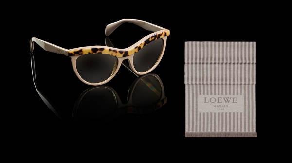 Gafas de Dior y bufanda de Loewe