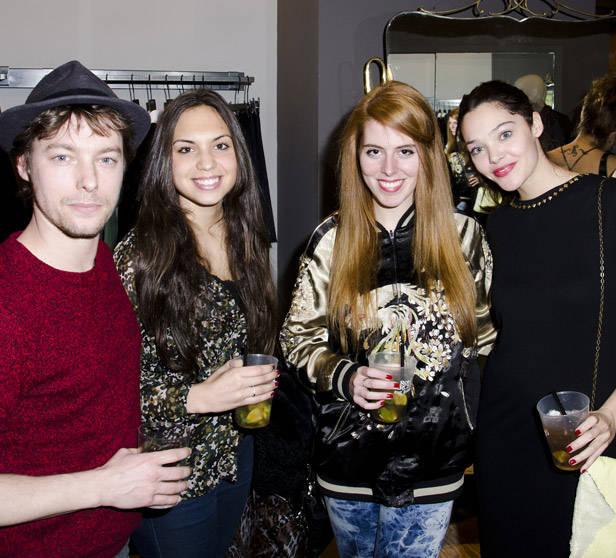 Jan Cornet (izq) y Ana Rujas (der) con amigos