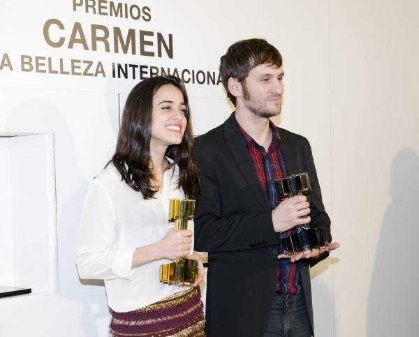Macarena García y Raúl Arévalo con sus galardones.