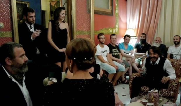 Público y actores realmente juntos durante la representación