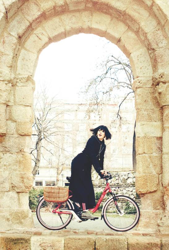 Bimba Bosé en bici eléctrica de In Bycicle We Trust