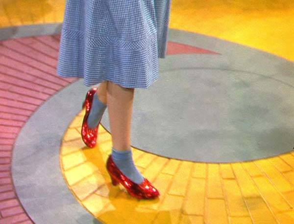 Dorothy recorriendo el camino de baldosas amarillas con sus chapines de rubíes