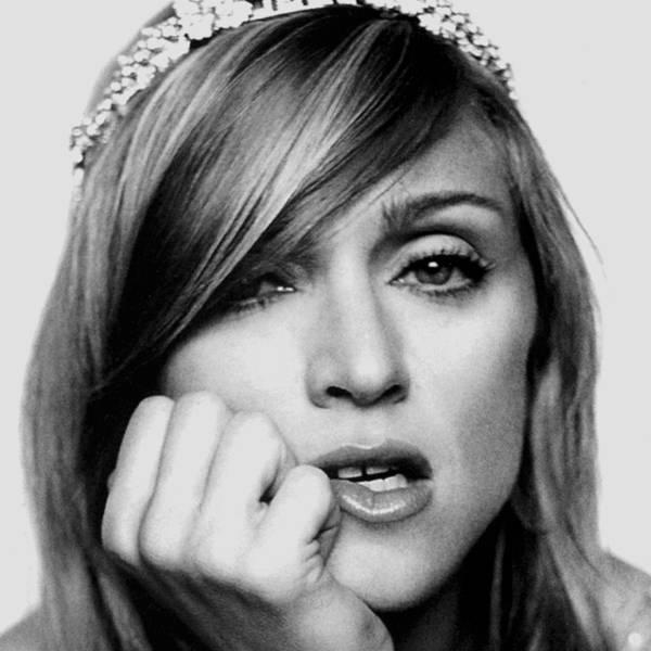 Madonna luciendo mucha separación interdental.