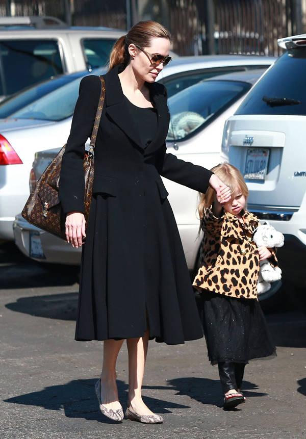 Angelina Jolie con el bolso Metis de Louis Vuitton