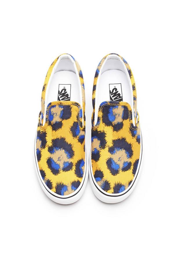 Slip on en tonos amarillo y azul
