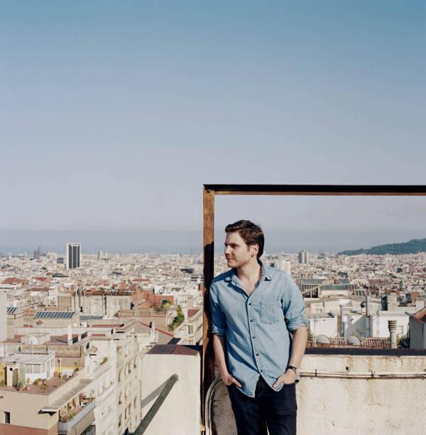 Daniel Brühl con una panorámica de la ciudad de fondo