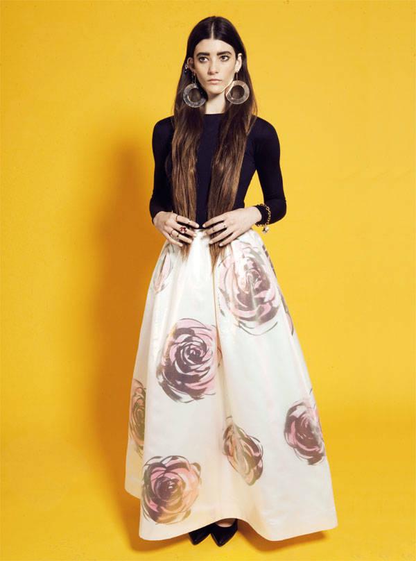Top y falda de Christian Dior Pulsera de Louis Vuitton Zapatos de UNISA Pendientes aro de Emporio Armani Sortija y pendientes de Bulgari Anillos de H&M