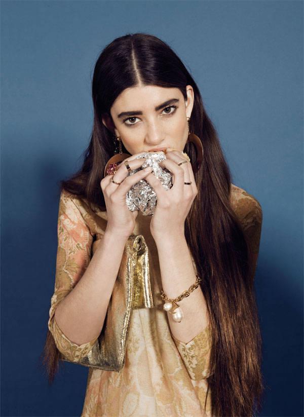 Vestido y anillos de H&M Clutch de Tosca Blu Pulsera de Louis Vuitton Pendientes aro de Emporio Armani Sortija y pendiente de Bulgari