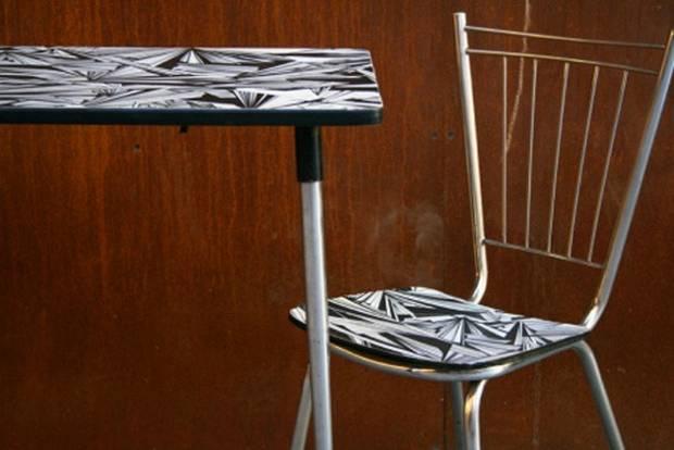 Conjunto de silla y mesa con un aspecto muy retro