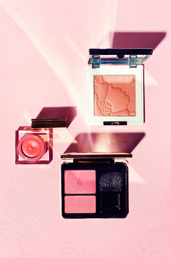 De arriba a abajo:  Polvos compactos iluminadores color Poppy Blend de Clinique Blush en crema color Powdery Rose de Yves Saint Laurent Duo de coloretes color Over Rose de Guerlai