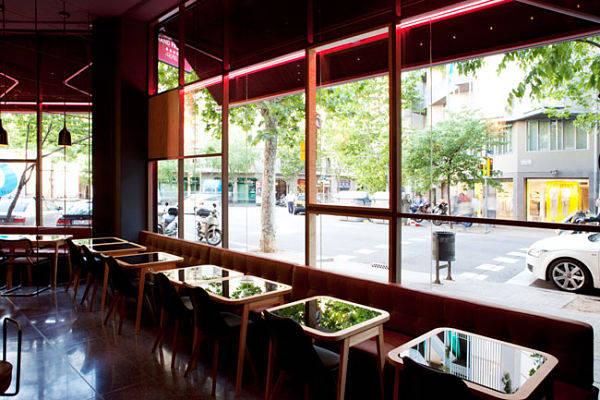 El ventanal es una parte muy importante de la decoración del local