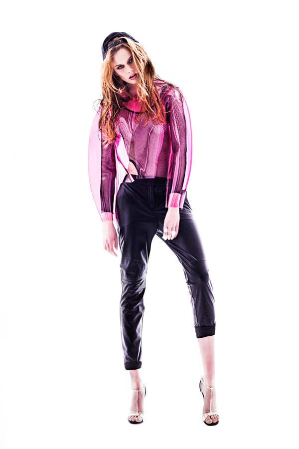 Body vintage de La Mona Checa Pantalones de piel de H&M Chaqueta de plástico de Amaya Arzuaga Gorra de The Hundreds Sandalias de Stuart Weitzman