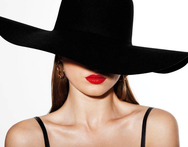 Sombrero de American Apparel  Pendientes de Christian Dior Sujetador de Loewe Lip Color Shine Willful de Tom Ford