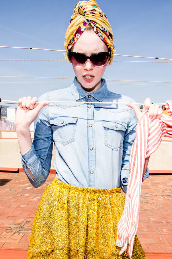 Pañuelo de Mona de Seda Camisa de MNG Falda de Agatha Ruiz de la Prada Calcetines de Topshop Zapatos de Bershka