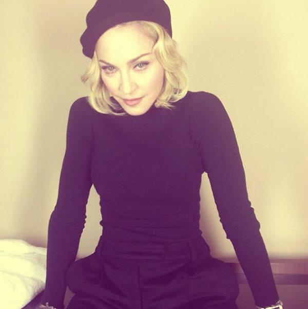 Madonna de riguroso negro