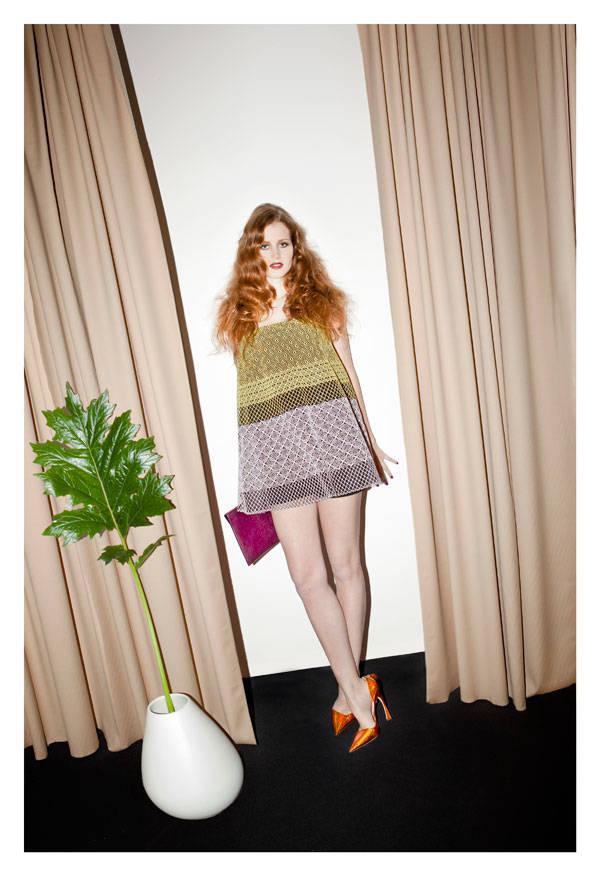 Vestido, shorts y zapatos de Christian Dior Clutch de Burberry Prorsum