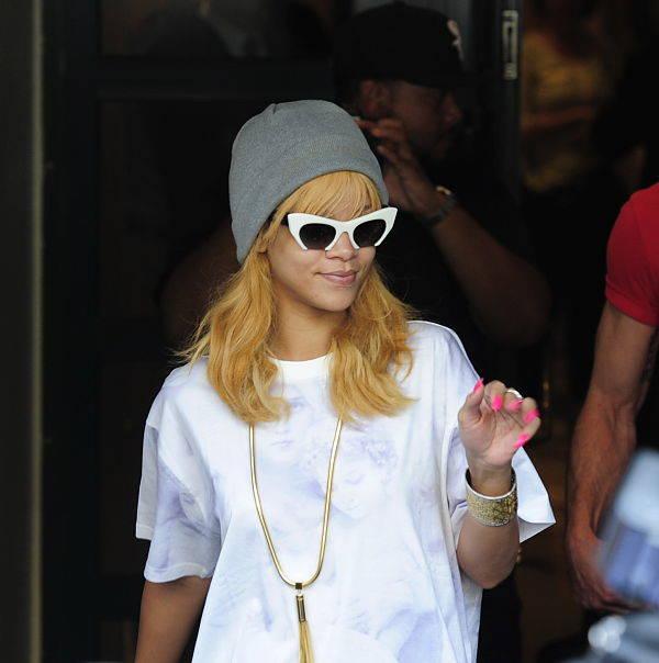 Rihanna con sus nuevas gafas de la colección