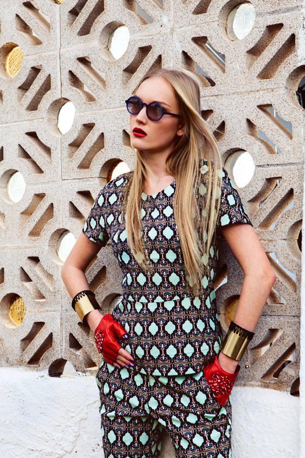 Blusa y pantalón de Bimba & Lola Mitones de Karl Lagerfeld Pulseras de Dolores Cortés Gafas de Wilde Sunglasses