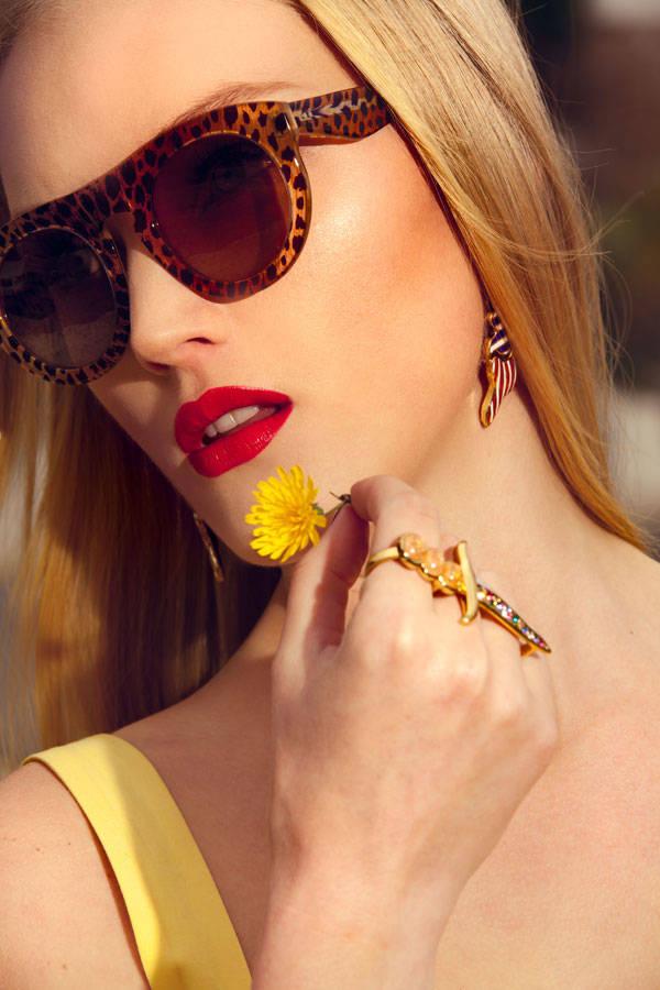 Top de Tara Jarmon Pendientes y anillo de Bimba & Lola Gafas de Wilde Sunglasses