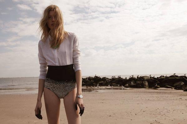 Blusa de Nicholas K Panties de The Blonds Collar y anillos de Pamela Love Brazalete de Laruicci