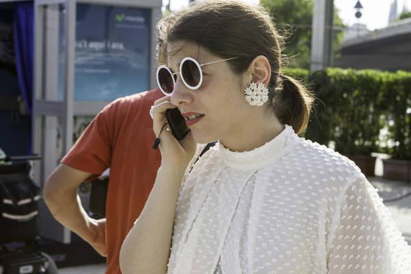 Total look en blanco, el color del verano, gafas y pendientes incluidos.
