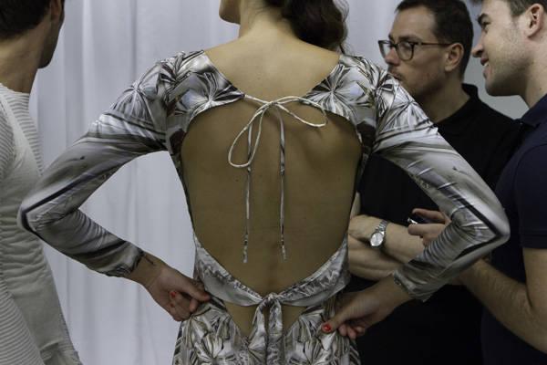 Detalle de la espalda de un vestido de Celia Vela, antes de la salida de la modelo.
