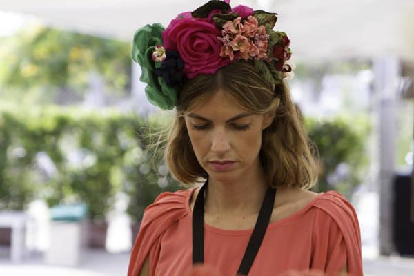La periodista Patricia Sañés con un tocado-diadema de flores, otro de los complementos que están triunfando esta temporada estival.