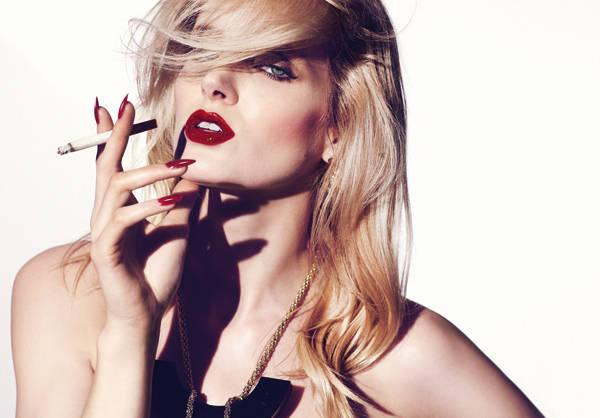 Collar de Steffie Christiaens Laca de uñas Le Vernis Please! Rouge Interdit de Givenchy