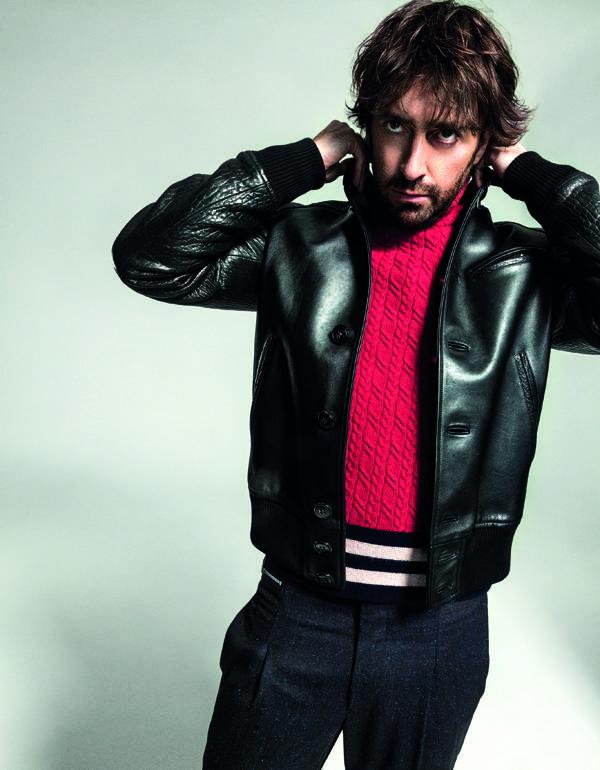Daniel Sánchez Arévalo viste bomber de Loewe; jersey de Just Cavalli y pantalones de Emporio Armani