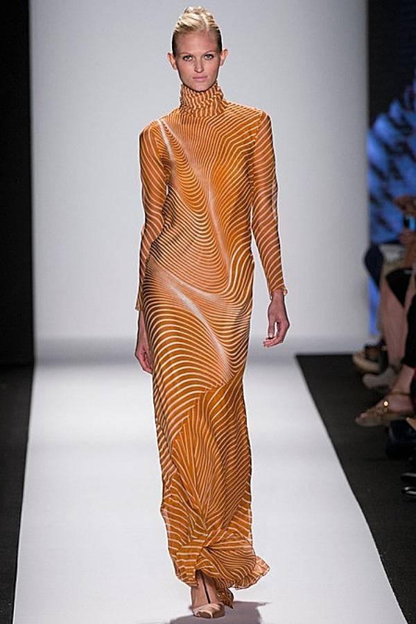 Carolina Herrera en la semana de la moda de NY apuesta por transparencias geométricas tintadas con el Celosia Orange