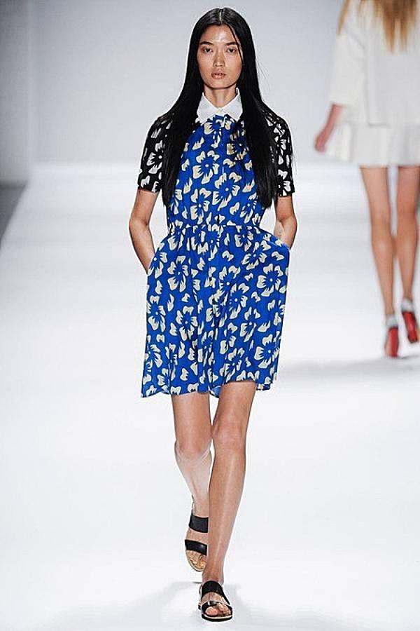 Vivienne Tam en su desfile de Nueva York, escoge la combinación del Dazzling Blue con el Sand, en un print floral.