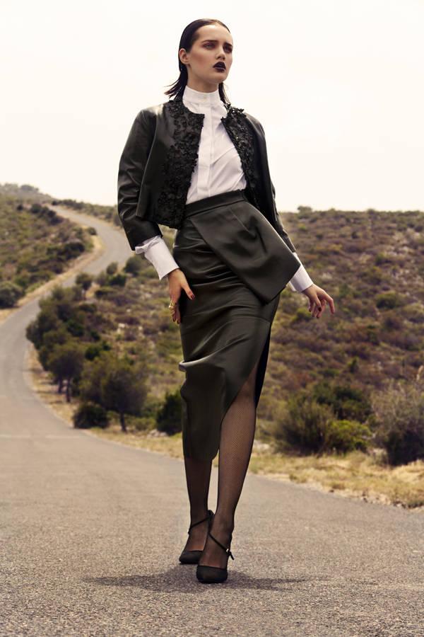 Chaqueta, falda y zapatos CHRISTIAN DIOR Camisa SPORTMAX Anillo ARISTOCRAZY