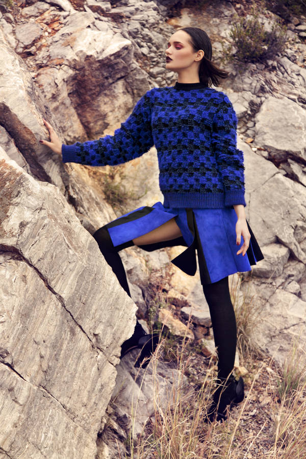 Sweater y falda de ante azul SPORTMAX Calcetines y sandalias LOEWE
