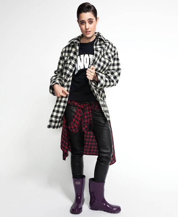 Clara (The Warriors) Pantalones de KARL LAGERFELD Sudadera de CLAUDIE PIERLOT Camisa anudada a la cintura de MAJE Abrigo de PAUL & JOE Botas de agua modelo HELIOS MID de HAVAIANAS