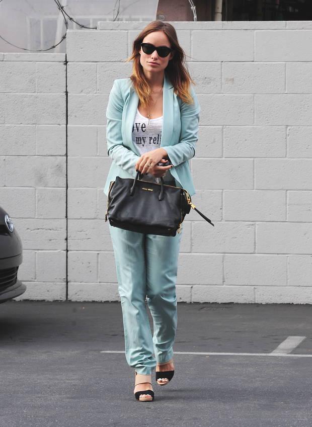 Olivia Wilde recientemente con la shopping bag de Miu Miu