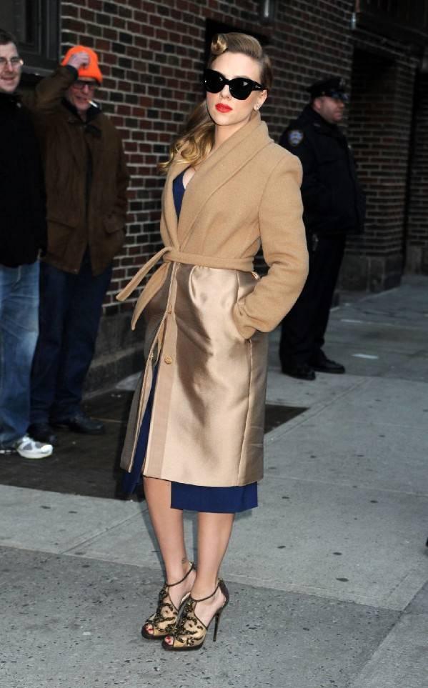 Scarlett Johansson enfundada en un abrigo de Max Mara.