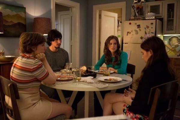 Los protagonistas reunidos en la cocina de Hannah