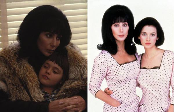 """Cher con sus hijas en la ficción. La pequeña Christina Ricci (izquierda), la mayor Winona Ryder (derecha), ambas con el mítico vestido de topos que las 3 lucirían en el videoclip de """"The Shoop Shoop Song""""."""