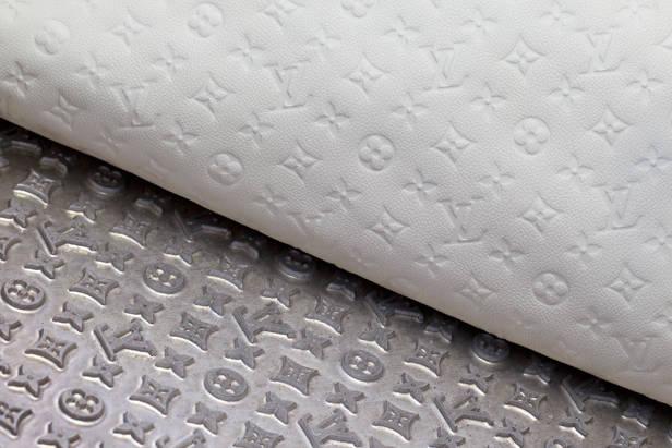 Detalle del repujado de la piel Monogram Empreinte de Louis Vuitton