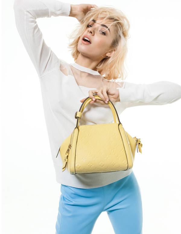 Miranda Makaroff, con bolso de Louis Vuitton, en la sesión de fotos publicada en el número de marzo en Vanidad (ya en kioscos)