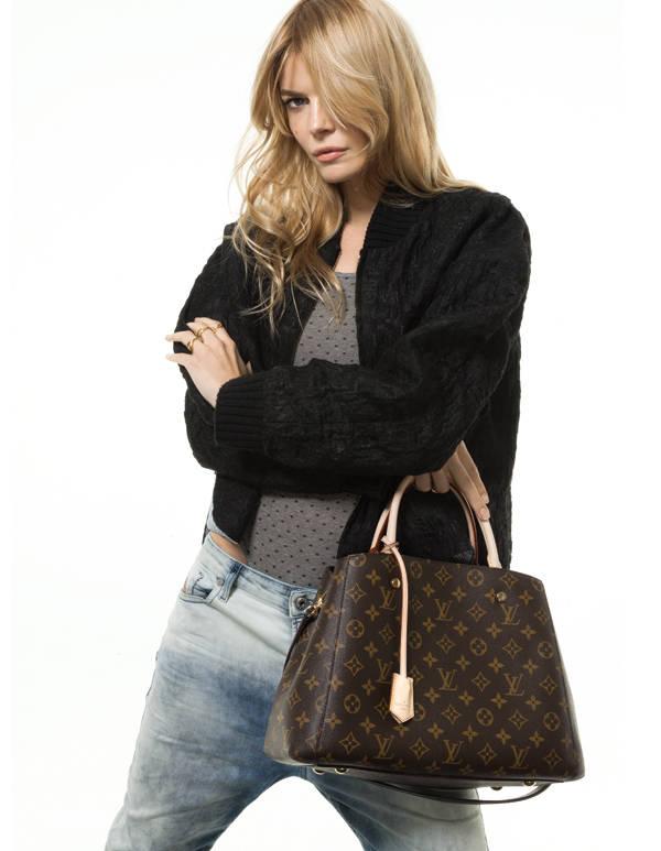 Cristina Tosio, con bolso de Louis Vuitton, en la foto publicada en el número de marzo en Vanidad