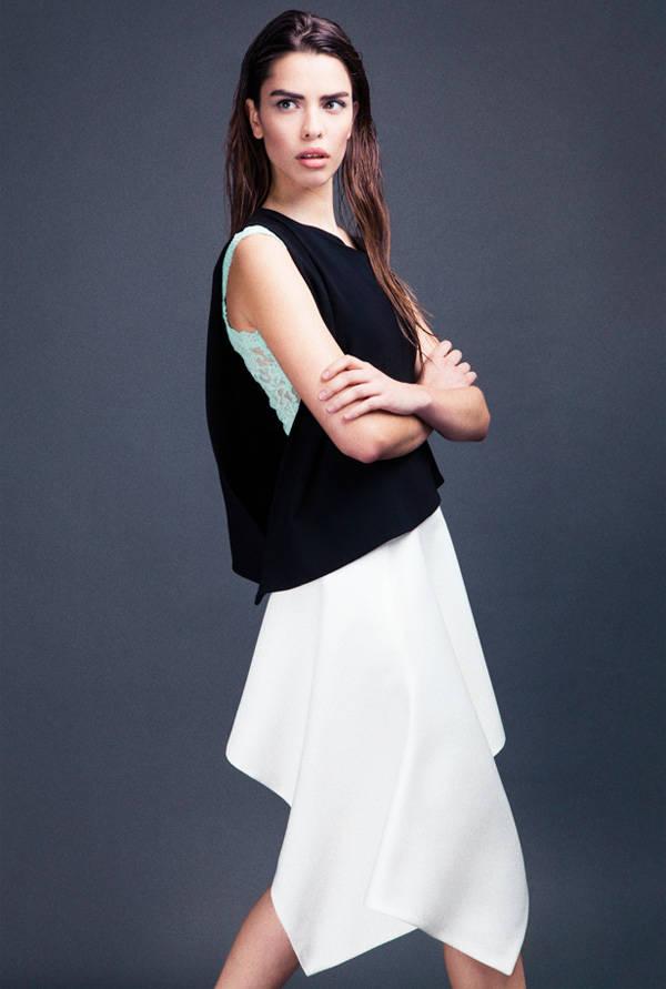 Camiseta deHANKY PANKY Top negro y falda deAMAYA ARZUAGA