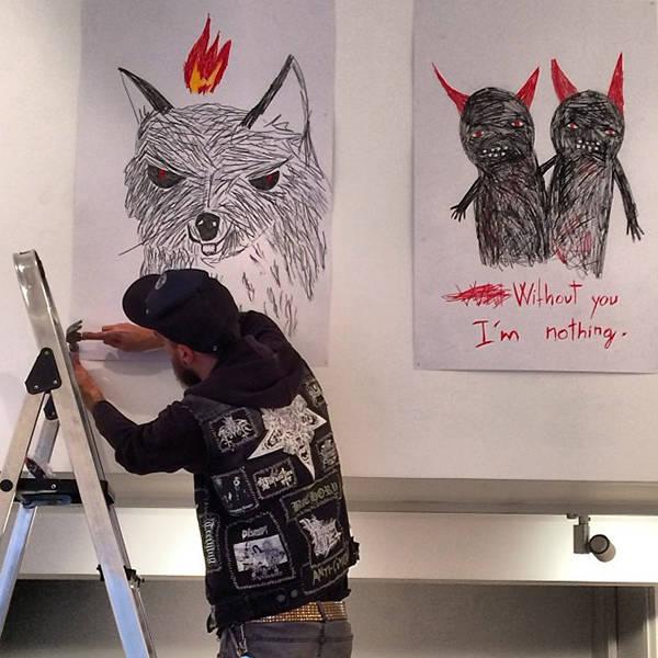 Aitor Saraiba montando los dibujos de la exposición en Twin Gallery