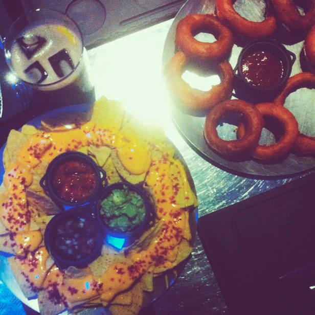 Aros de cebolla y nachos