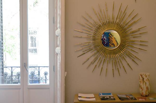 Vista interior del hotel One Shot con una de las obras de oLARTE reflejadas en el espejo.