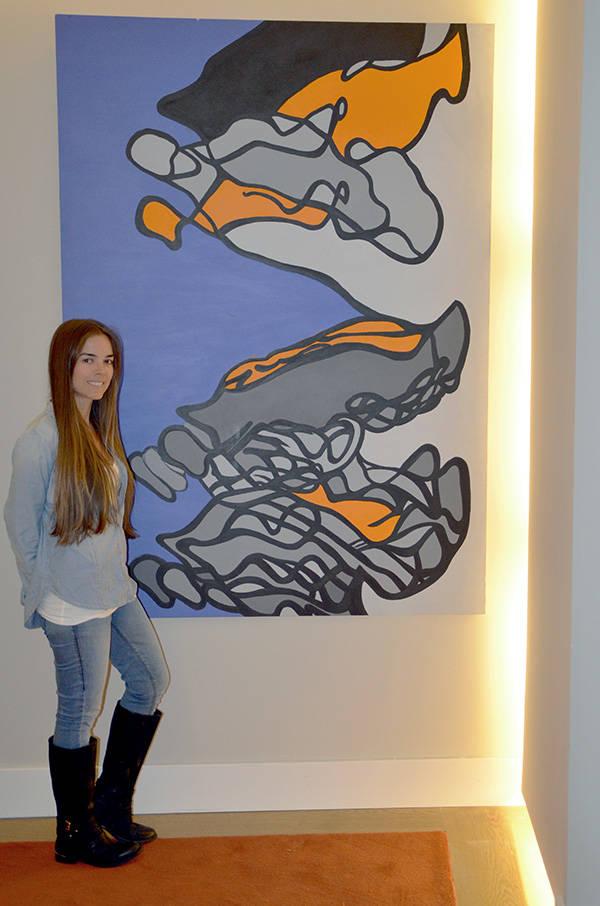 Daniela oLARTE en el hotel One Shot junto a una de sus obras.