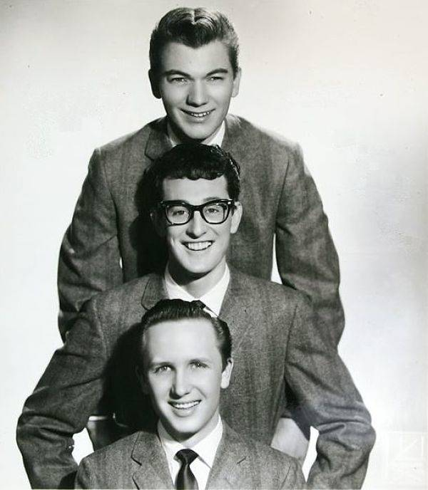 523px-Buddy_Holly_&_The_Crickets_publicity_portrait_-_cropped_opt